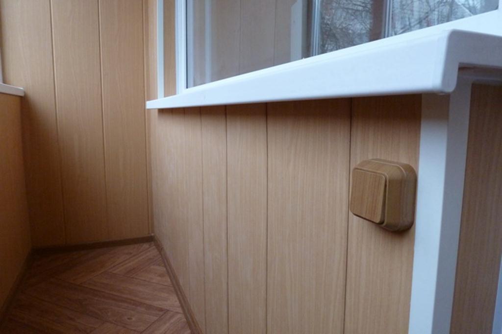 Что выбрать для отделки балкона: вагонку или пластиковые панели?