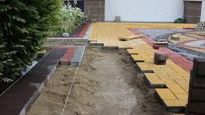 Укладка тротуарной плитки во дворе частного дома